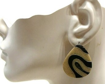 Vintage Pear Shaped Earrings Vintage Cream and Black Teardrop Shape Earrings Vintage Pierced Earrings