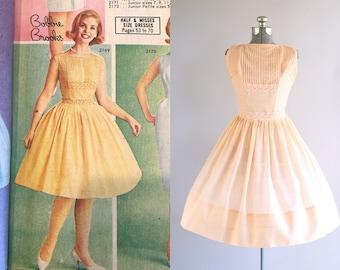 Vintage 1950s Dress / 50s Sun Dress / Pretty Parfait Dress w/ Pintucked Detailing M