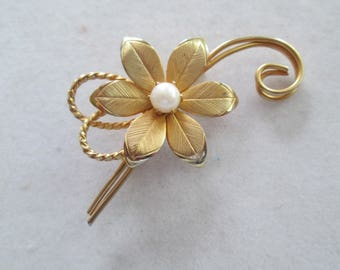 Pretty gold Daisy Brooch pin with faux pearl center