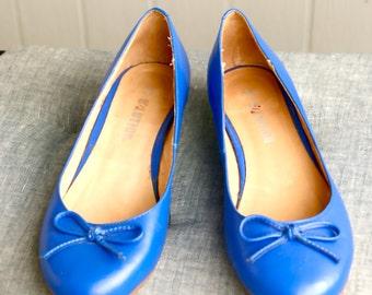 Periwinkle blue leather vintage flats - blue leather shoes, size 6 womens shoes, blue flats