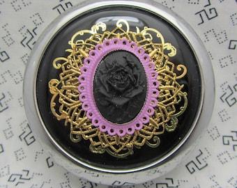 Miroir compact Noir Rose sur fond noir est livré avec pochette de protection noir Rose Compact miroir