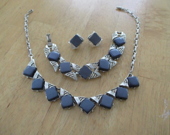 VINTAGE COSTUME JEWELRY  / Thermoset necklace ,bracelet , clip on earrings