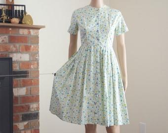 1950s day dress size S / carnation print / vintage fit flare midi dress