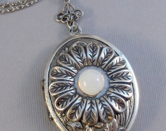 Moonstone Daisy,Locket,Antique Locket,Silver Locket,Moonstone,Daisy,Moonstone Necklace,Moonstone Locket,Daisy Necklace,Daisy Locket.