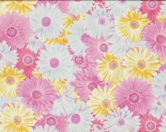 Tissu imprimé de larges gerberas roses , jaunes et bleu pâle.