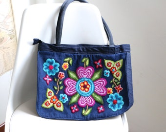 Blue handbag embroidered with flowers