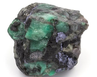 Raw emerald stone of 154 grams with matrix of black mica and quartz.