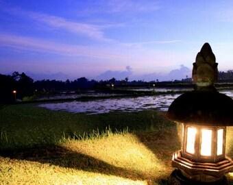VENTE : Coucher de soleil Bali Photographie Photographie mauve crépuscule ciel or lanterne lumière voyage exotique photographie paisible zen art mural tirage 8 x 10