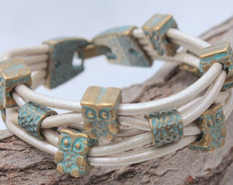 white Bracelet with bronce color, patina  owls