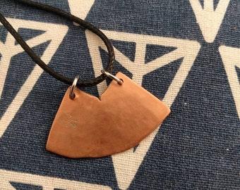 HANDMADE Zwarte koord ketting (40 cm.) met verlengkettingkje en handgemaakte koper hanger met industriël uiterlijk.