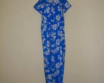 60s Hawaiian muumuu. Blue maxi muumuu in blue cotton-white tropical floral print. Blue floral island print tropical cover up. Size M-L.