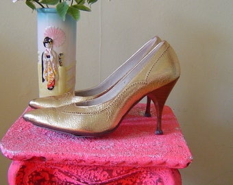 50's gold leather pinup pumps 1950's pointed toe spiked high heels shoes / metallic / wing tip / rockabilly / wood grain heels / size 6 N
