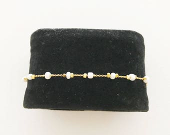 Very fine bracelet plated gold and white seed beads