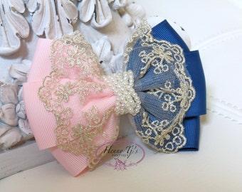 Neu: Ella Grace Collection - zwei Töne Light Pink / Dark Blue Ribbon und Lace Haarschleife Knoten Applique. Haar-Zubehör. Stoff-Perle-Bogen.