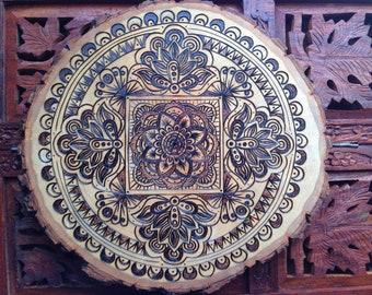 """10"""" Holz verbrannt Mandala Scheibe - handgemachte Wandbehang, Brandmalerei Kunst, buddhistische Kunst, böhmische Wandkunst"""