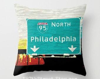 """Philadelphie N 16 x 16"""" taie d'oreiller. Photo d'Art par TMCdesigns. Funky. Panneau de signalisation. Turquoise, jaune, rouge, noir. Voyage. Adolescents. Fans de Philly."""