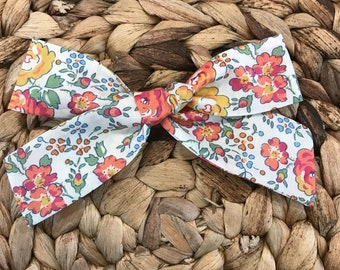 Liberty of London hairbow // Liberty Felicite fabric // fabric hairbow // floral bow