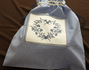 Lingerie bag in gingham with the application of a blue embroidered heart