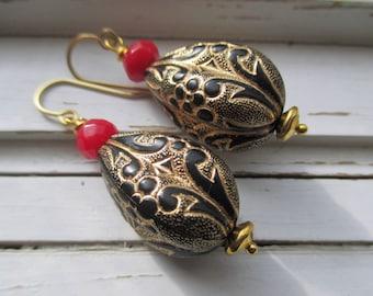 Cleo Drop boucles d'oreilles. modèle vintage de lucite de talon, l'or de scroll.