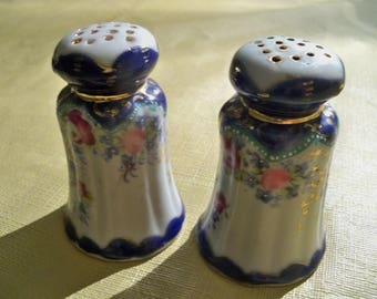 exuisite  elegant antique  salt and peppers