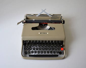 Vintage typewriter OLIVETTI Lettera 22  / Italian typewriter / in complete working condition