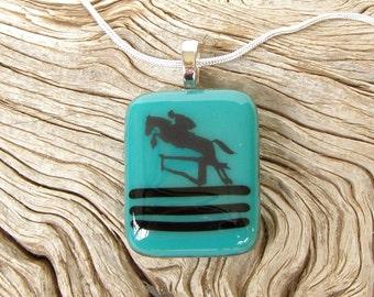 Teal fusionnés avec pendentif de verre - saut de cheval noir décalque - collier - Bijoux en verre fusion - cheval bijoux - équins - bleu-vert