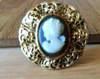 Lady cameo cabochon in gold tone decorative setting scarf clasp