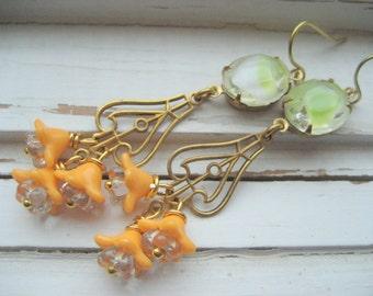 Boucles d'oreilles fluo, lime et mangue, vintage en verre et laiton, fleurs d'acrylique, granité de menthe