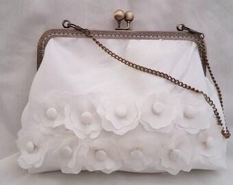 Pretty Ivory Kiss Clasp Clutch Bag/Handbag/Bridal Bag/Evenings Out/Special Occasions/Wedding Clutch Bag