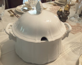 Vintage MIKASA Allura White Round Covered Casserole, 2 Quart Capacity