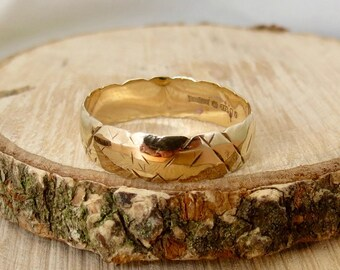A well loved wedding ring, vintage 9K yellow gold.