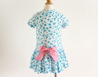"Vintage 1960s Girls Size 4 One Piece Dress, Tiny Town  Mini Mods White Blue Floral Print Dropped Waist, b26"" L21.5"""