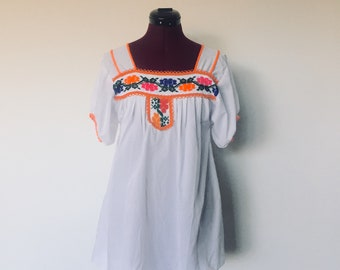 Vintage Mexican Embroidered Peasant Blouse Tunic Top White Colorful Embroidery Short Sleeve M L Boho