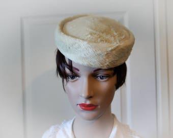 Piel verdadera y viejo sombrero blanco crema de la década de 1940