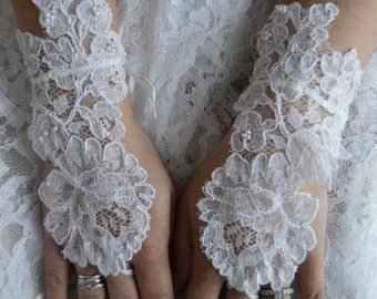 Fingerless gloves in beaded white lace, Pearl White Bridal Gloves, mittens white lace, embroidered, white fingerless gloves