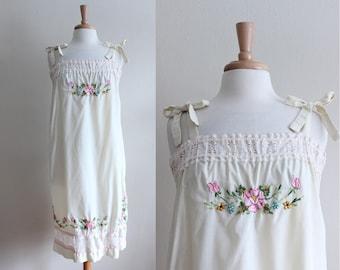 Vintage des années 1970 Tie épaule sac brodé Floral robe