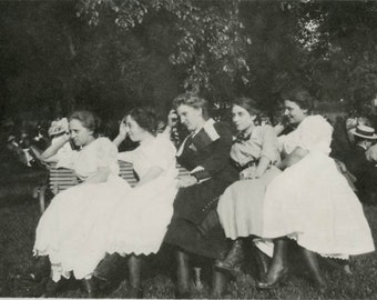 Vintage photo 1912 Young Ladies Line up in Row on Bench