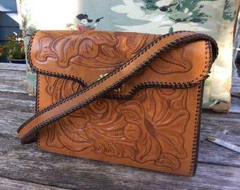 Vintage tooled leather purse floral design, twist latch. Sweet! Petit!