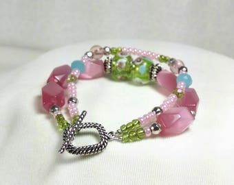 Bracelet rose, Bracelet vert et rose. Perles de verre pastel Bracelet, Bracelet de deux rangs, l'été, cadeau d'anniversaire
