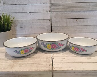 Vintage Lincoware Enamel Nesting Bowls set of 3. From the 1970s. Floral Design. Made in Indonesia. used