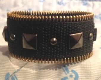 """Fermeture à glissière Nailhead Bracelet - pyramide - armoire de Velcro - ajustable jusqu'à 7 1/2"""""""