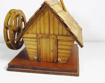 Vintage bois boîte à musique vers le bas par le vieux moulin à eau moulin à flot.