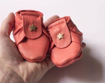 Chaussons bébé en cuir rouge corail tannage végétal Taille naissance 0 - 1 mois