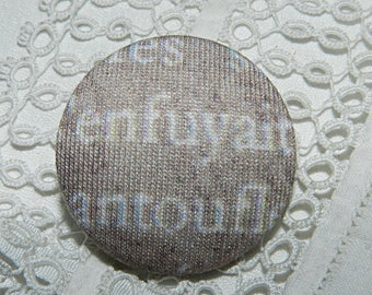 Button in beige fabric with Scripture, 32 mm / 1.25 in