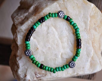 Bracelet - Green Turquoise, Black Pen Pucalet Shell, and Silver Flower Accent Beaded Stretch Bracelet