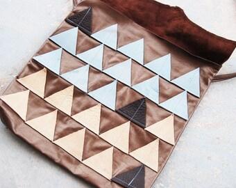Geometrische Leder Geldbörse - blau und Beige Dreiecke - moderne Pocahontas-Kollektion