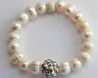 Elastic bracelet with freshwater pearls
