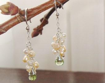 Fil gainé vert péridot Briolettes avec grappe de blanc et pêche d'eau douce perles argent boucles d'oreilles grappe ~ bijoux de mariée / mariage