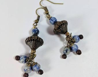 Sodalite et boucles d'oreilles Bronze, Long Dangles, boucles d'oreilles pendantes, Look Denim, bleus et blancs boucles d'oreilles, Dangles perlés