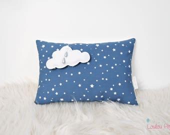 Coussin médaillon nuage et petites étoiles - Coton bio et oeko-tex - Blanc et bleu